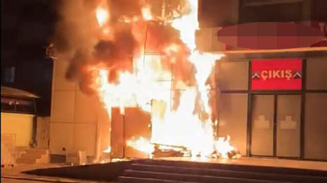 Sivas'ta marketin dış cephe kaplaması alev alev yandı