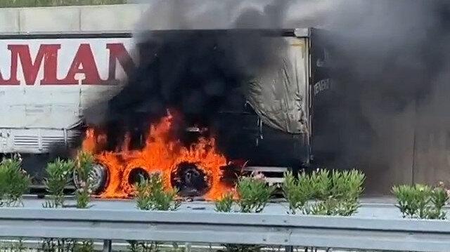 Bursa'da mısır yüklü TIR otobanda alev alev yandı