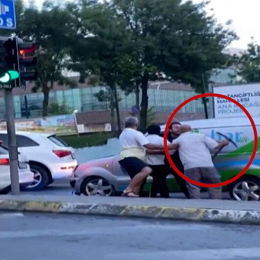 Sultangazide tartıştığı sürücüye kazma ile saldırdı
