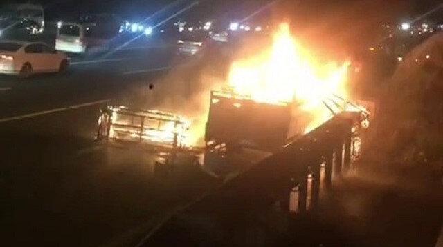 Ümraniye Çakmak Köprüsünde kamyonet alev alev yandı