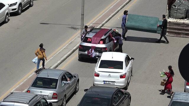 Bahşiş almak için düğün arabasının önünü çekyatla kestiler