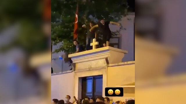 Kadıköy'de alkol alıp taşkınlık yapan gençler mahalleliyi çileden çıkardı