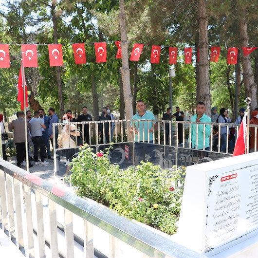 Kahramanın Ömer Halisdemir'in mezarı ziyaretçi akınına uğruyor
