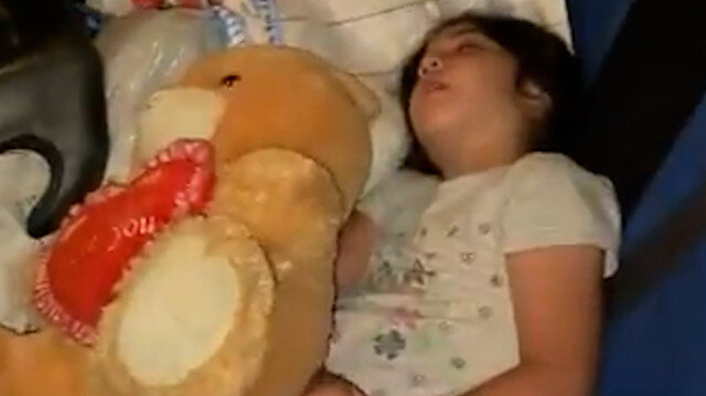 İşgalci İsrail'in evini yıktığı Filistinli ailenin kızı arabada uyudu