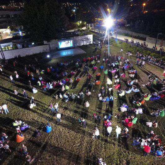 Açık havada sinema keyfi: Vatandaşlar, 15 Temmuz konulu filme yoğun ilgi gösterdi