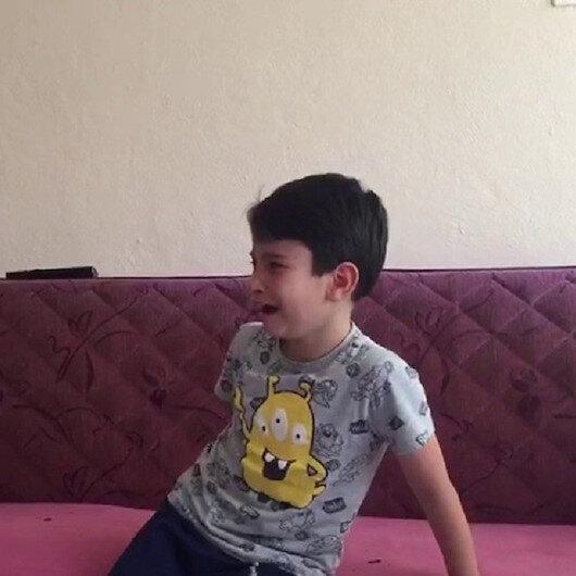 15 Temmuz darbe girişimi videosunu izleyen küçük çocuk gözyaşlarını tutamadı