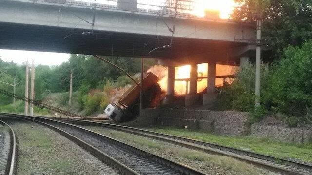 Rusya'da köprüden düşen kamyon doğalgaz boru hattını patlattı