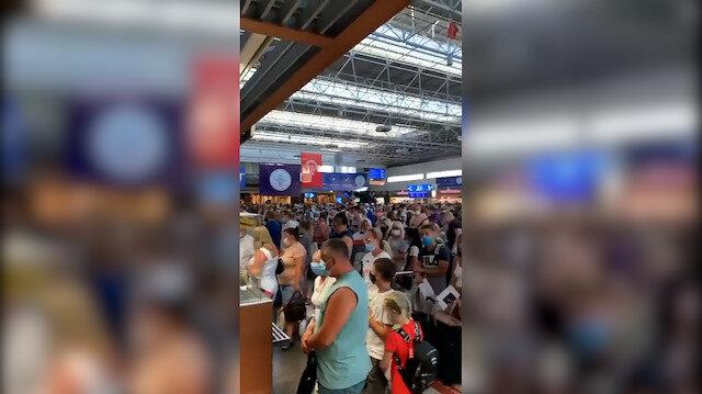Antalya Havalimanı en yoğun günlerinden birini yaşıyor