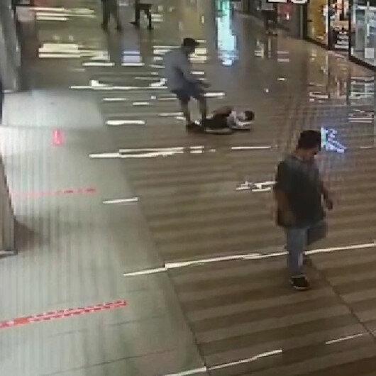 Yürüyen merdivende kendisine çarpan 10 yaşındaki çocuğu yerde tekmeledi