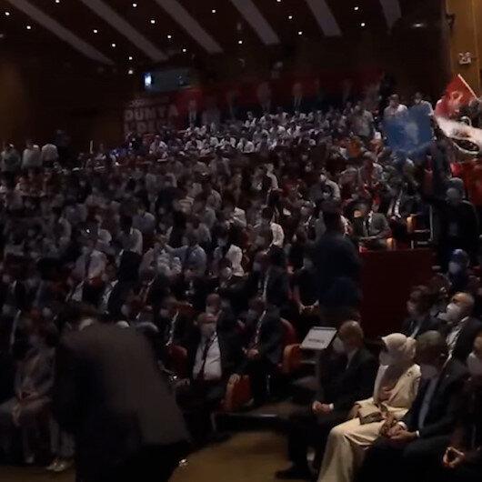 AK Partililer salonu İbrahim Erkal şarkısıyla inletti