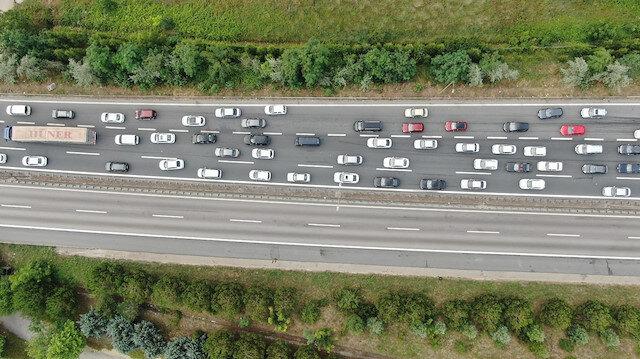 Bayram tatilcileri yollara çıktı kimi noktalarda trafik durma noktasına geldi