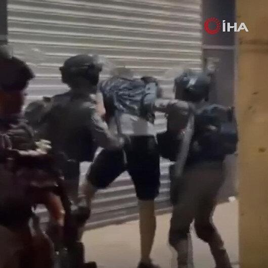 Kudüsteki Bab al-Amud bölgesini kapatan işgalci İsrail güçleri Filistinli gence sert bir şekilde saldırdı