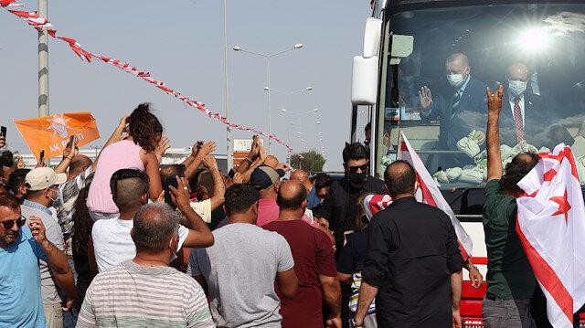 KKTC'de vatandaşlardan Cumhurbaşkanı Erdoğan'a sevgi gösterisi