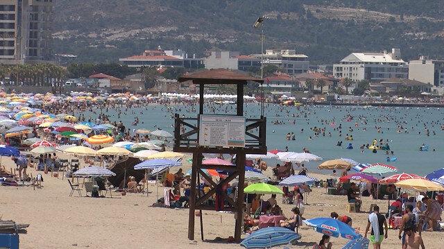 Çeşme'de bayram tatili yoğunluğu: Plajlar tıklım tıklım