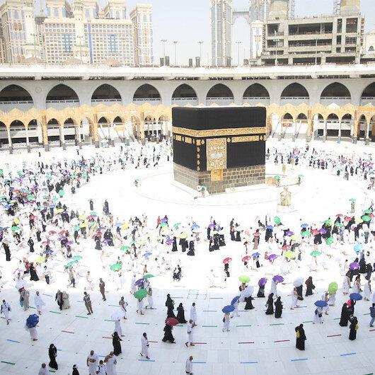 Hacı adaylarından sosyal mesafeli tavaf