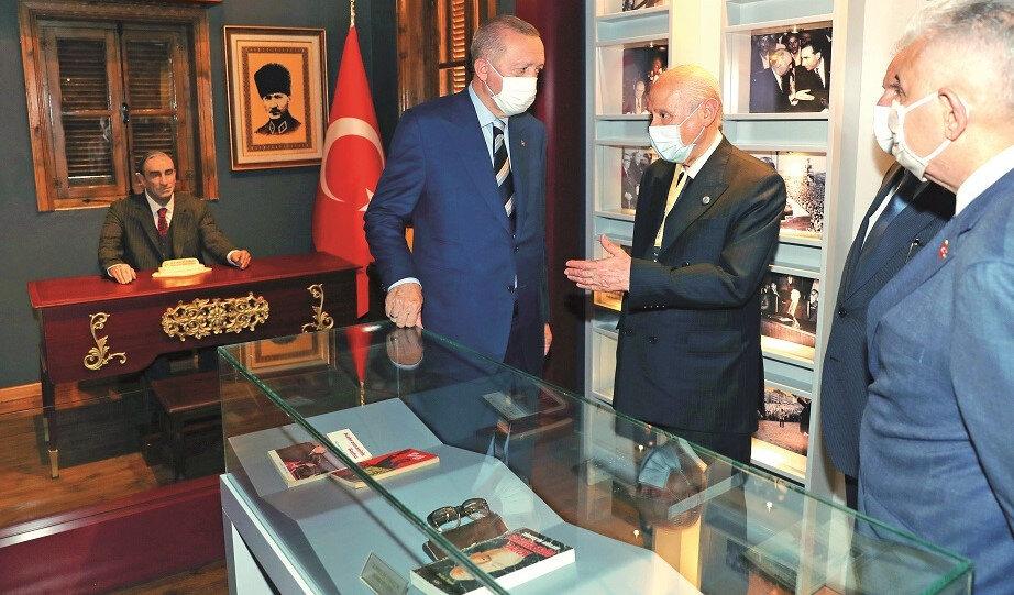 Cumhurbaşkanı Erdoğan, Lefkoşa'da, MHP Genel Başkanı Devlet Bahçeli ile birlikte MHP'nin Kurucu Genel Başkanı merhum Alparslan Türkeş'in doğduğu müze evi ziyaret etti.