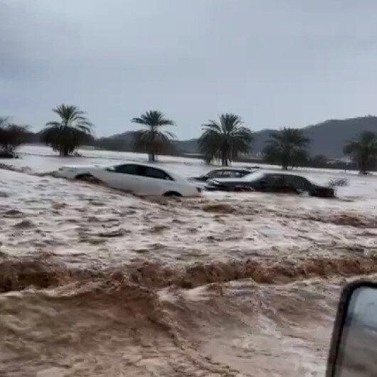 Suudi Arabistanda sel felaketi: Araçlar sular altında kaldı