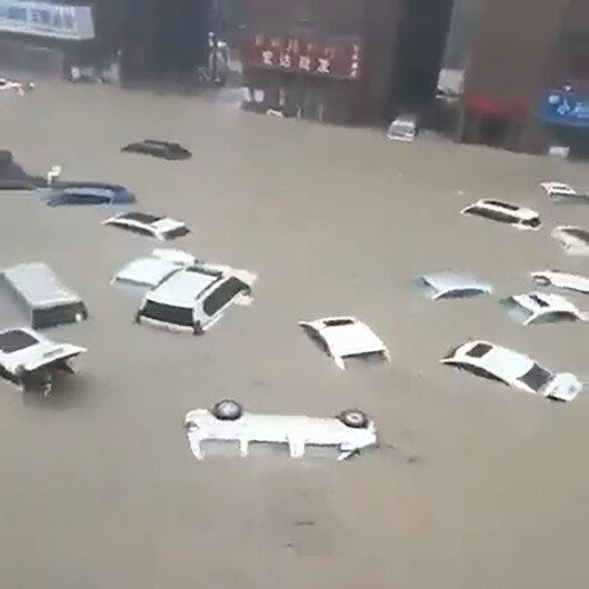 Çinde sel felaketi: Otomobiller sular altında kaldı