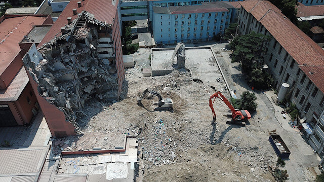 Tarihi Haydarpaşa Numune Hastanesi'nin dahiliye binasının yıkımına başlandı