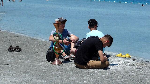 Yasağa rağmen Salda Gölü kıyısında nargile içip çamur banyosu yaptılar