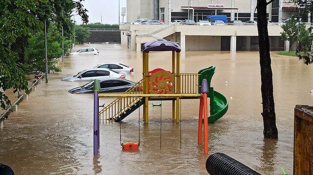 Artvin'de otomobiller sel suları altında kaldı