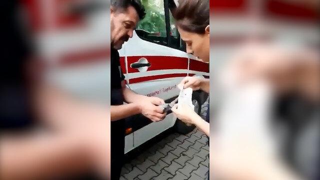 Bakan Koca paylaştı: Sağlık ekibi ayağı kırılan kuşa pansuman yaptı