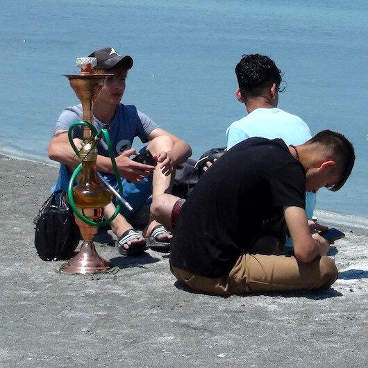 Salda Gölü'nde nargile içen ve çamur banyosu yapan 4 kişiye idari yaptırım