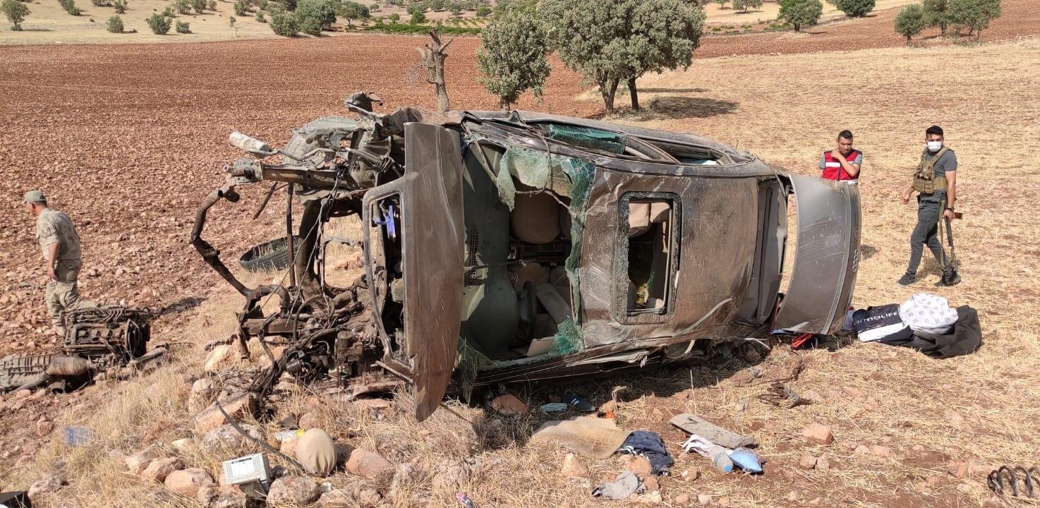 Otomobilde bulunan 2 askeri personelin olay yerinde hayatını kaybettiği belirlendi.