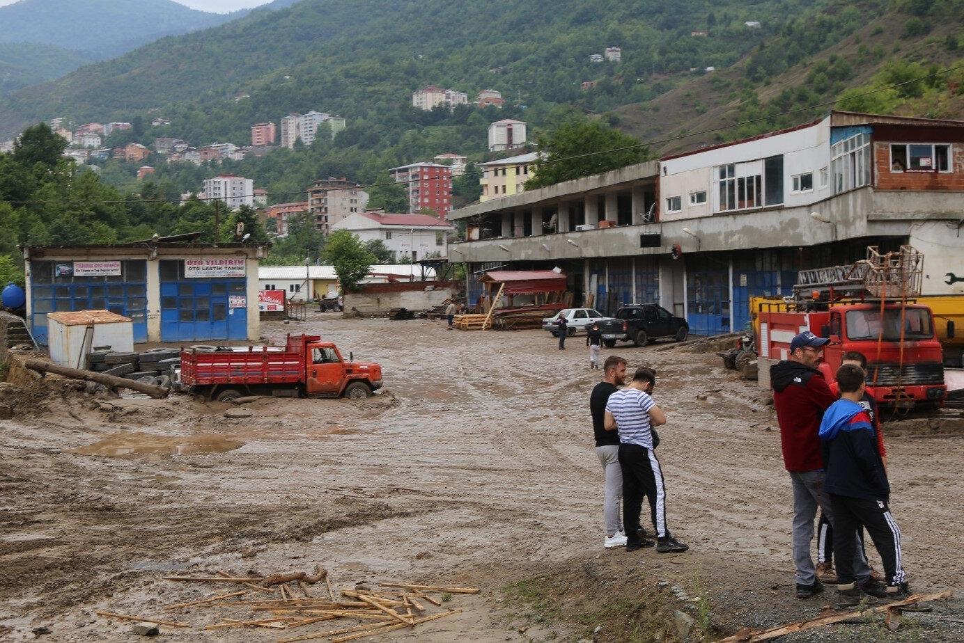 Murgul Deresi'nin taşması sonucu sanayi sitesinde bulunan 14 iş yerine su basarken, iki köprü yıkıldı.