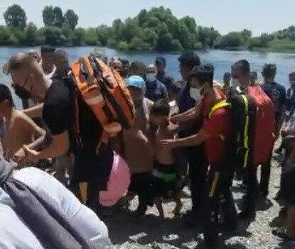 ölgeye sağlık ekipleri, jandarma ve dalgıçlar sevk edilirken, çocuklar çevredeki vatandaşların da yardımıyla babalarını kıyıya getirdi.