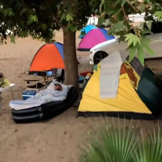 Otel ve pansiyonlarda yer bulamayan vatandaşlar çadırlara yöneldi