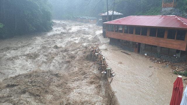Rize yine sele teslim: Dereler taştı, yollarda hasar oluştu