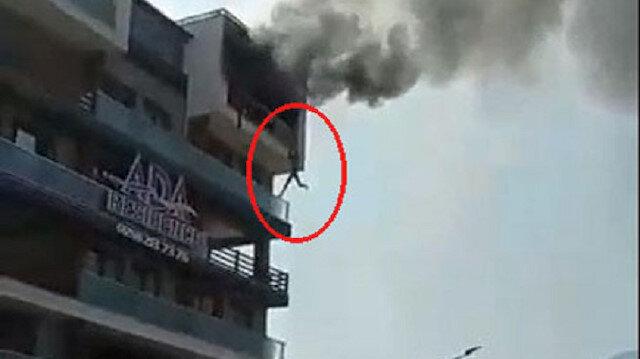 Denizli'de can pazarı: 5'inci kattaki dairesinde çıkan yangında alt kata sarkarak kurtuldu