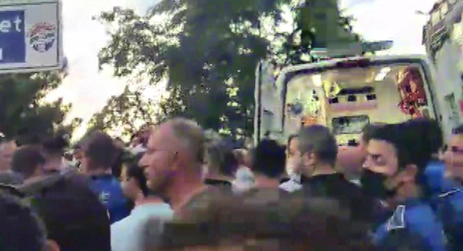 Polisin biber gazı kullandığı olayda kalabalık dağıtılırken yaralı kişi ambulans ile hastaneye kaldırıldı.