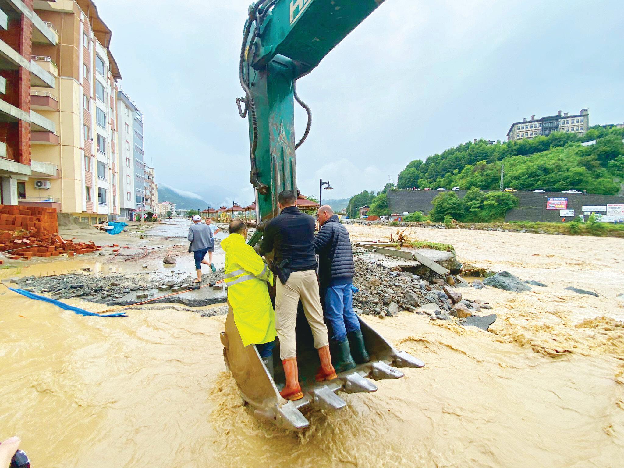 Rize'deki ekiplerin yoğun çalışması sürüyor.