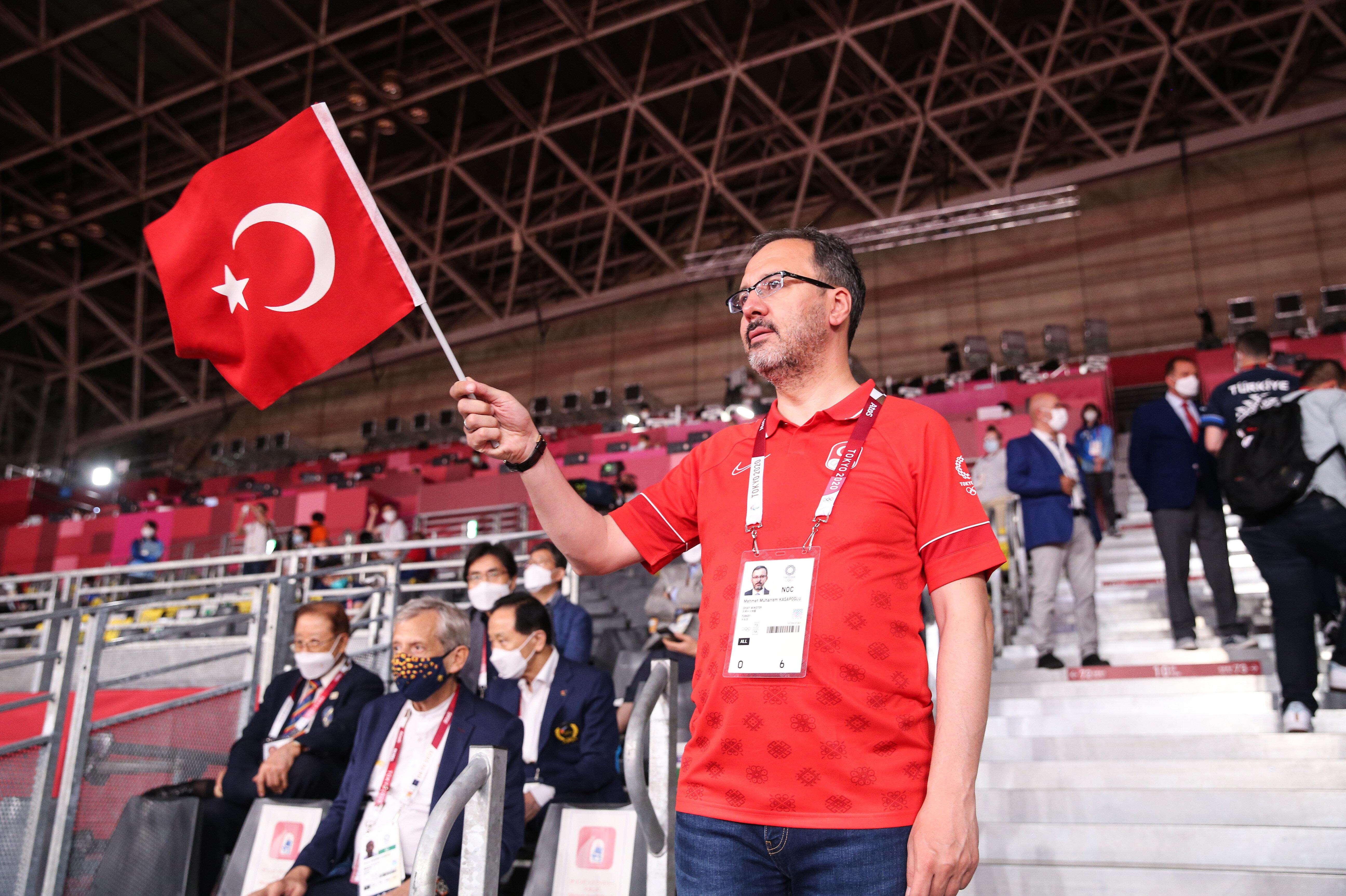 Bakan Kasapoğlu milli sporcuya tribünden destek verdi.
