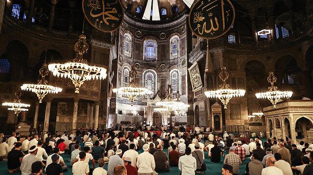 'Fethin sembolü' Ayasofya-i Kebir Camii'nin ibadete açılışının yıl dönümü: Sabah namazı için akın ettiler