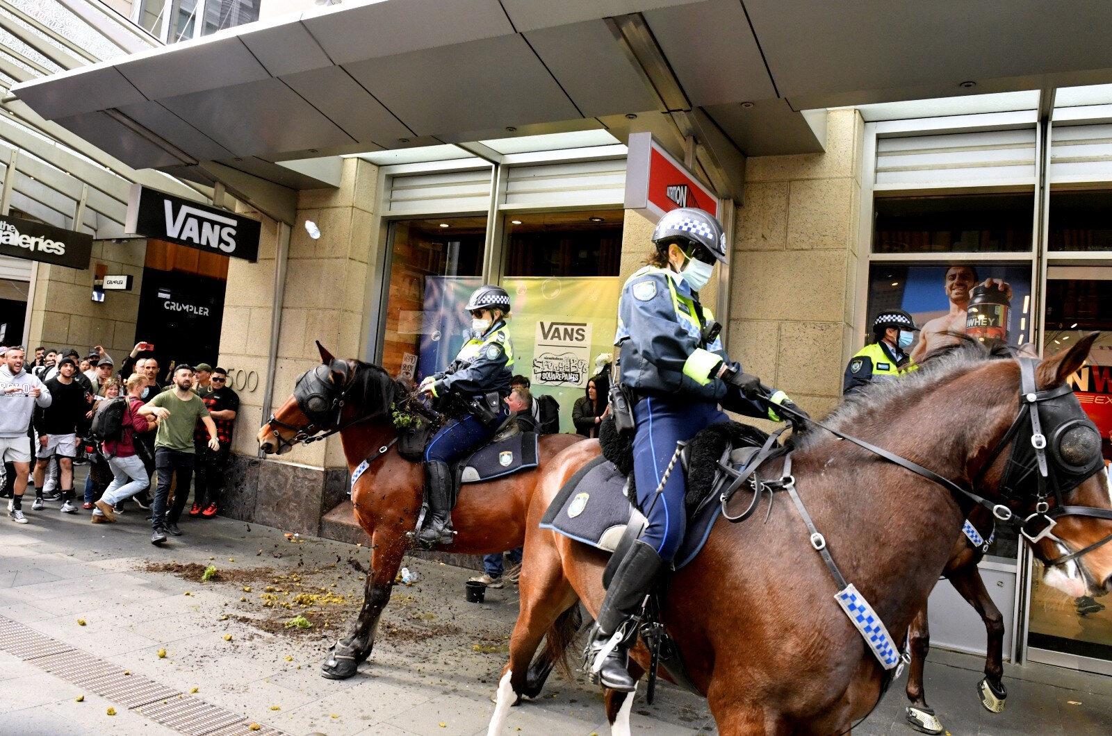 Protestocular arasında gezen atlı polisler ise dikkat çekti.