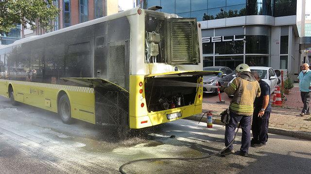 Ataşehir'de özel halk otobüsünde yangın paniği: Yolcular hemen tahliye edildi
