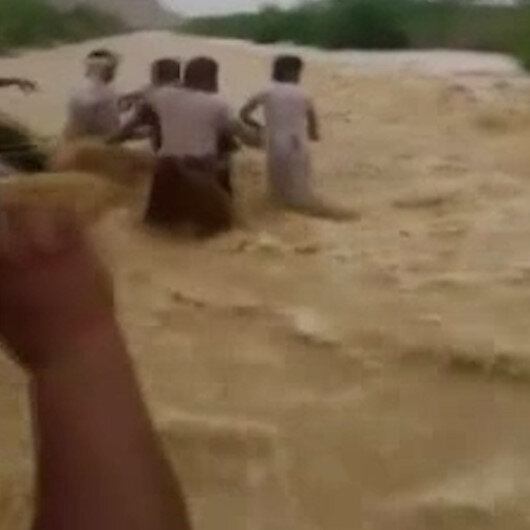Yemende can pazarı: Sel sularına kapılan adam böyle kurtarıldı