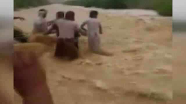 Yemen'de can pazarı: Sel sularına kapılan adam böyle kurtarıldı