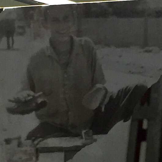 Çocukluğunda Adana'da ayakkabı boyacılığı yapan oyuncunun fotoğrafı ortaya çıktı