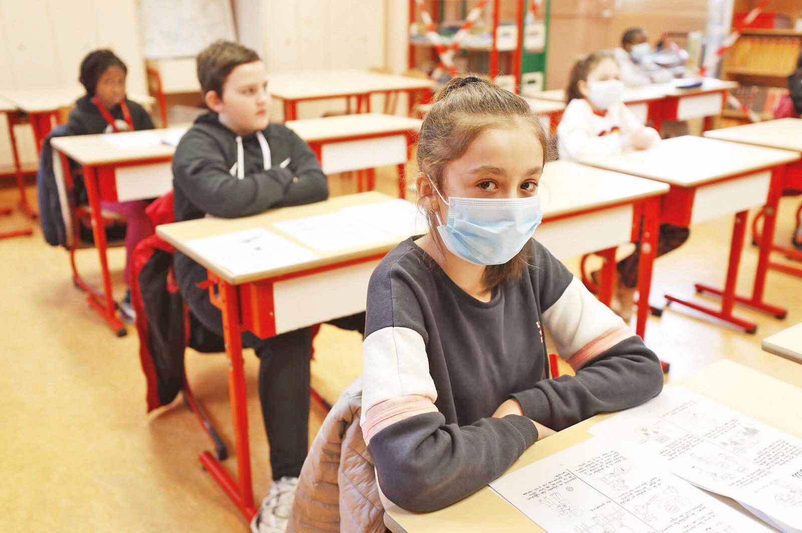 """Milli Eğitim Bakanı Ziya Selçuk """"Okullarımızı 21 Eylül'de yeniden açma konusunda büyük bir çaba içerisindeyiz"""" derken uzmanlar okulların açılması için 12-17 yaş arasının aşılanması gerektiğine vurgu yapıyor."""