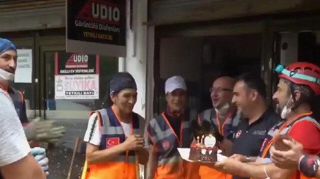 Sel bölgesinde görevli AFAD gönüllüleri arkadaşlarına doğum günü sürprizi yaptı