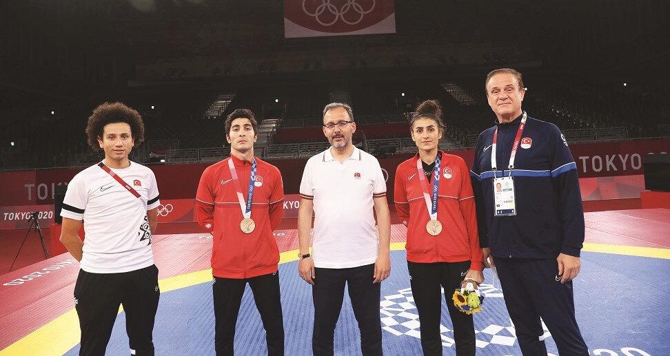 Hatice Kübra İlgün ve Hakan Reçber'in madalya müsabakalarını izleyen Gençlik ve Spor Bakanı Dr. Mehmet Muharrem Kasapoğlu, milli tekvandocularımız ve antrenörlerini başarılarından dolayı tebrik etti.