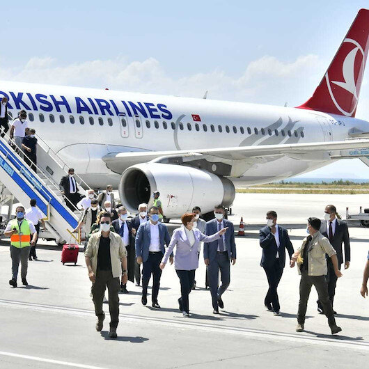 Uçuşlarında özel jet kullanan Meral Akşener tepkilerin ardından tarifeli uçakta poz verdi