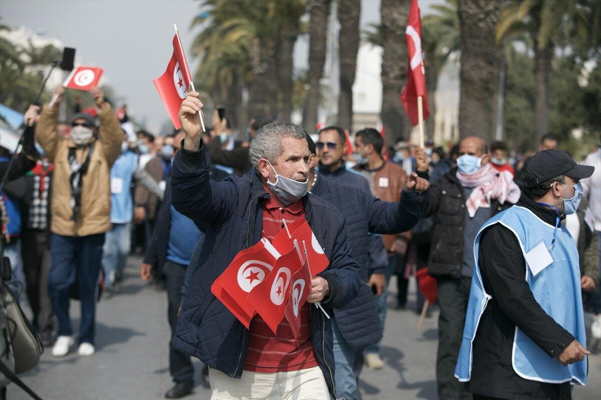 Tunus'ta Nahda Hareketinin çağrısına karşılık veren binlerce kişi başkentte, ülkedeki siyasi krizin sona ermesi talebiyle yürüyüş düzenlemişti.