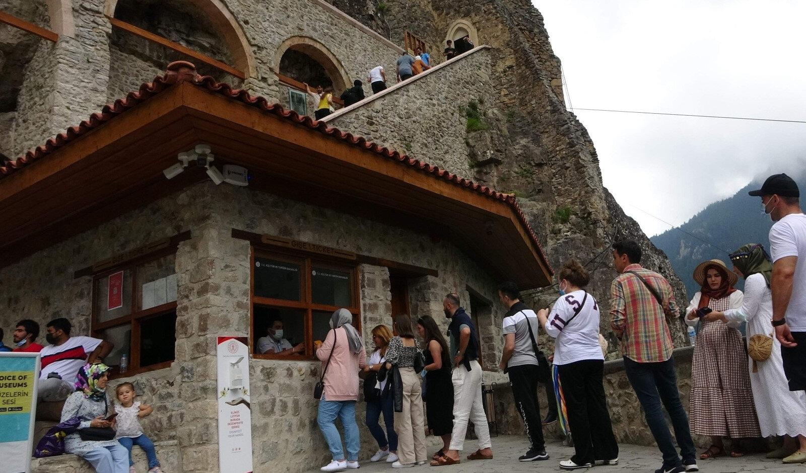 Sümela Manastırı'nda kaya güçlendirme ve restorasyon çalışmaları 2016 yılı şubat ayında başlamıştı.
