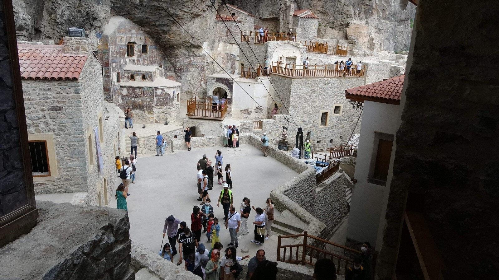 Sümela Manastırı'na restorasyon çalışmalarının tamamlanmasının ardından ziyaretçi akını yaşanıyor.