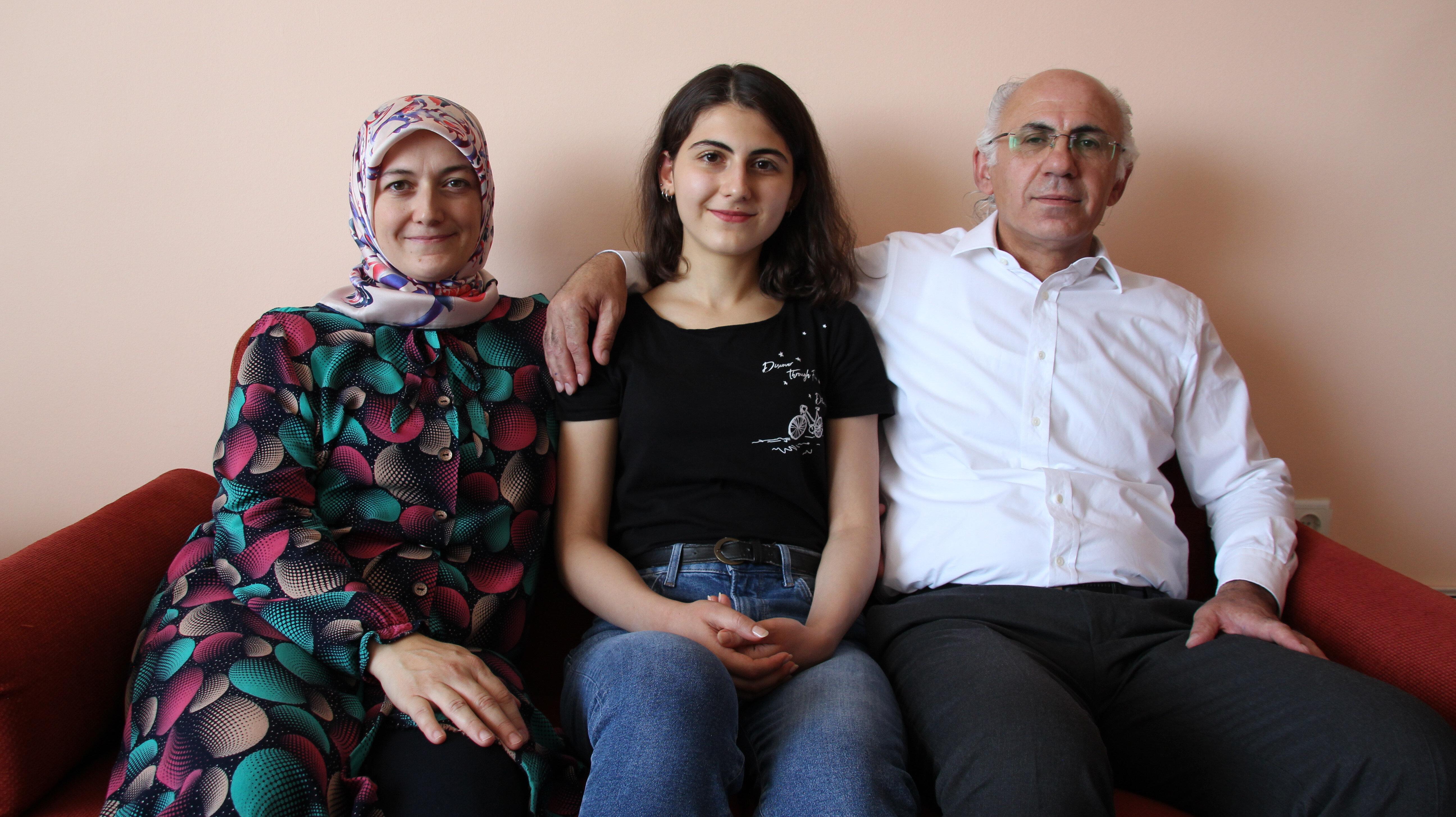 Melike Demirbağ ve ailesi